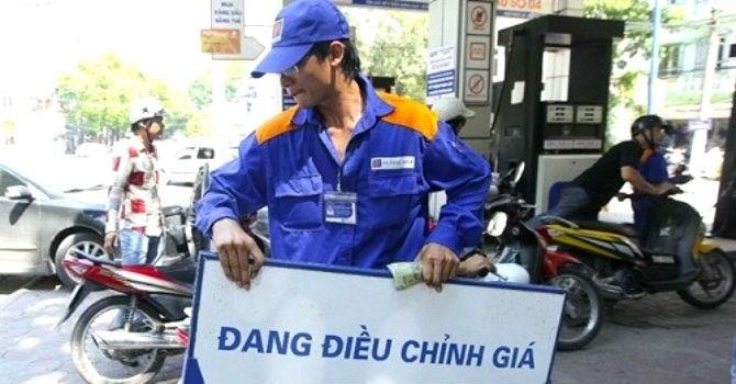 Giá xăng giảm gần 700 đồng/lít từ 3 giờ chiều nay