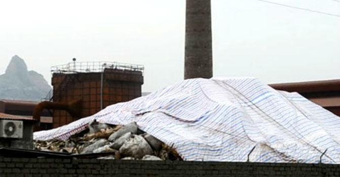 Một công ty chế biến khoáng sản tại Hải Dương bị dân đổ đất, đá chặn đường