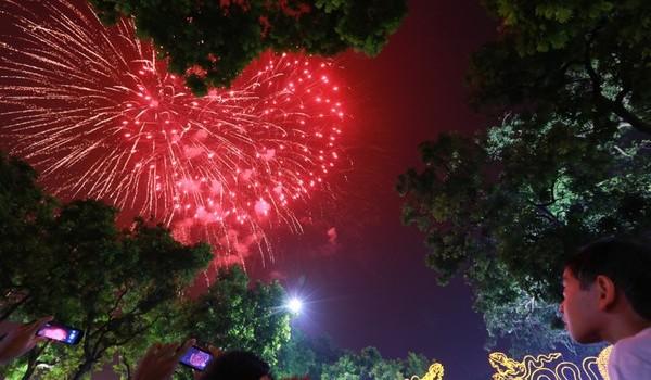 Pháo hoa rực sáng bầu trời Hà Nội trong đêm Quốc khánh