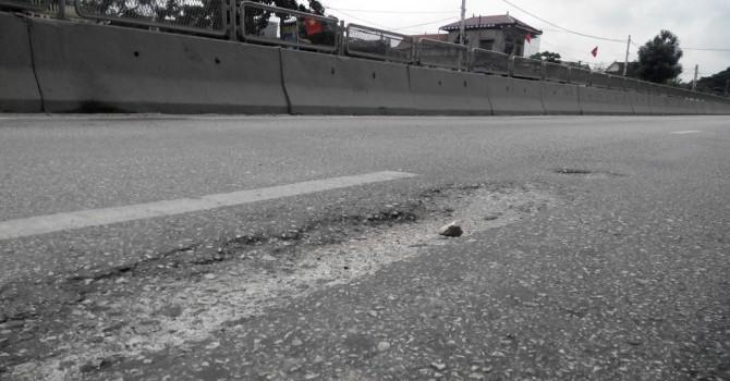 Quốc lộ 18 tiếp tục bị hư hỏng, chảy nhựa