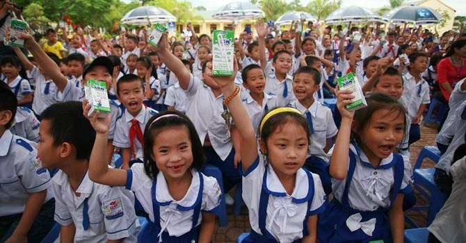 """Quỹ sữa """"Vươn Cao Việt Nam"""" dừng chân tại Nghệ An"""