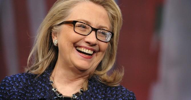 Bà Hillary Clinton hứng đòn tấn công của đối thủ