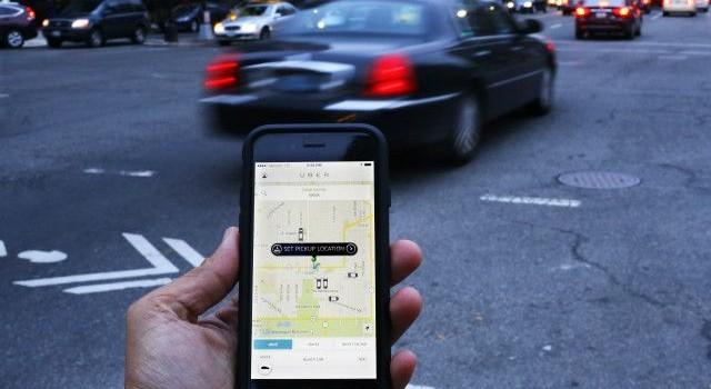 """Uber taxi là """"nhà cách mạng"""" kinh tế?"""