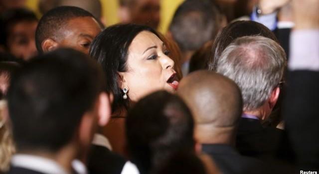 Tổng thống Obama mắng và cấm cửa người phụ nữ phá bĩnh buổi tiếp tân
