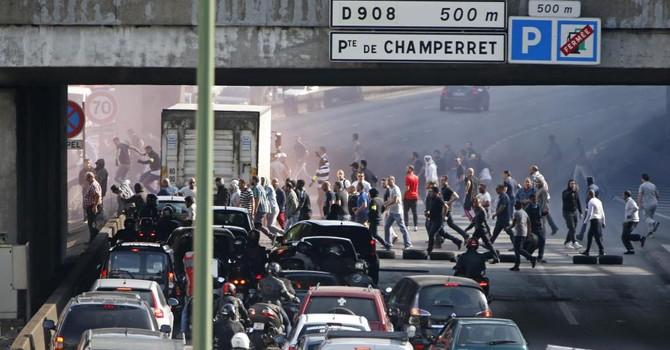 Bạo động đốt xe UberPop: Cao bồi Pháp chống cao bồi Mỹ