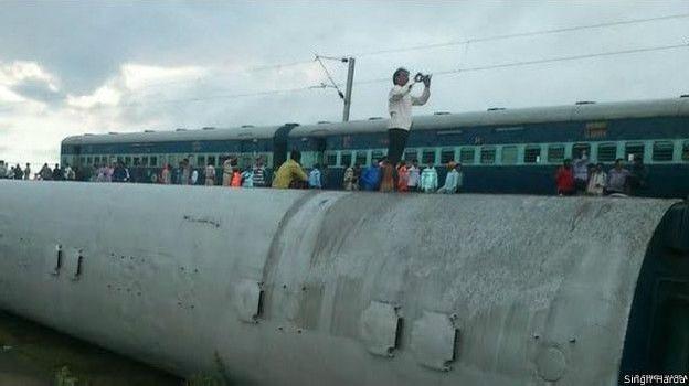 Tàu hỏa Ấn Độ trật bánh, 24 người chết