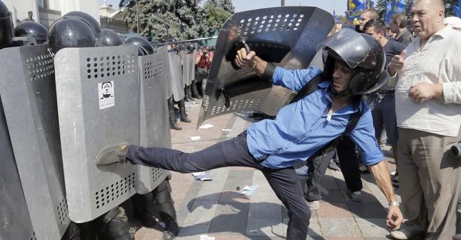 Kiev: Người biểu tình tấn công Quốc hội