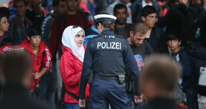 Người di cư vượt rào cảnh sát Hungary
