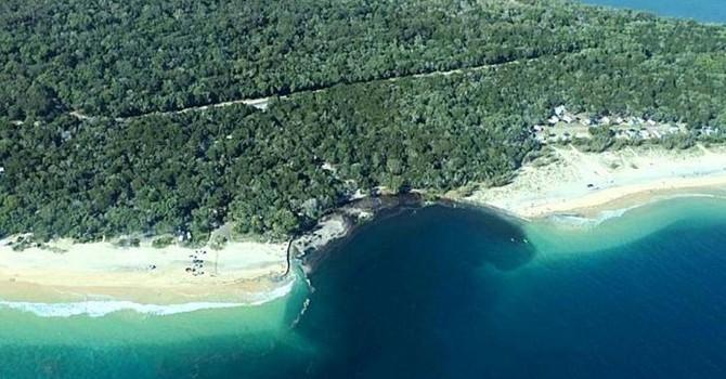 Một mảnh bờ biển khổng lồ của Úc bị lở rơi xuống nước