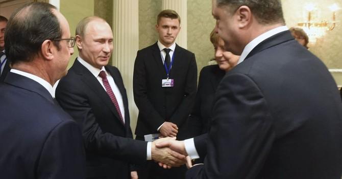Ukraine cấm truyền hình chiếu cảnh ông Putin bắt tay ông Poroshenko
