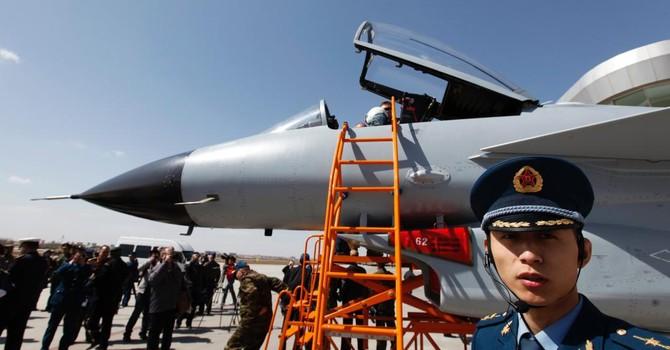 """Trung Quốc """"khoe ảnh"""" chiến đấu cơ Trung Quốc thao dượt với tên lửa"""