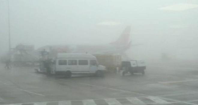 Sương mù gây gián đoạn hoạt động sân bay ở Anh