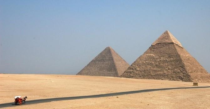 Du khách thăm Kim tự tháp Ai Cập bị nhóm vũ trang tấn công