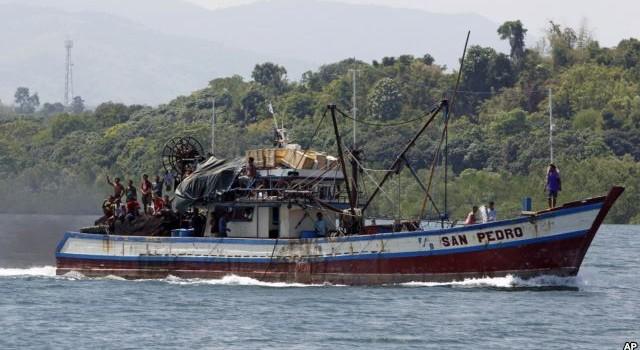 Ngư dân Philippines ném 'bom cháy' vào tàu chấp pháp Trung Quốc?