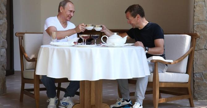 Ông Putin và Medvedev, ai có thu nhập cao hơn?