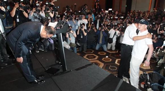 Hàn Quốc: Công ty gây họa, giám đốc cúi đầu xin lỗi vẫn bị tát 'lật mặt'