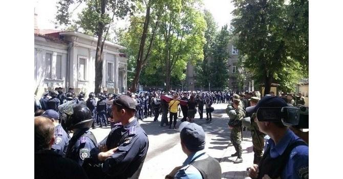 Những kẻ cực đoan đặt quan tài trước Tổng lãnh sự quán Nga ở Kharkov