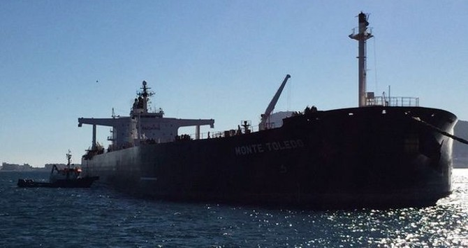 Vì sao nhiều tàu dầu neo ngoài khơi Singapore?