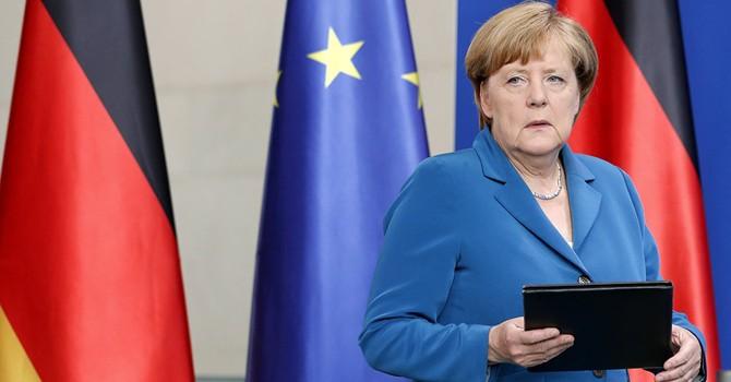 """Tờ Politico: Bà Merkel đang ngồi trên mấy """"quả bom hẹn giờ"""""""