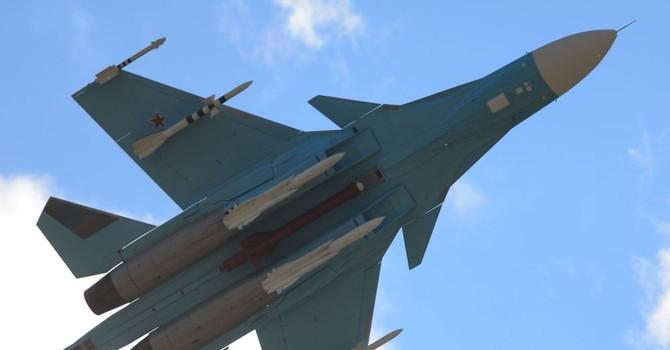 Máy bay ném bom siêu thanh Su-34 không chiến trong tầng bình lưu