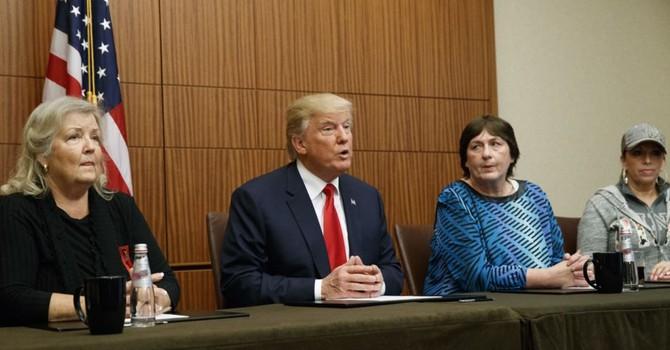 Ông Trump 'nâng mình lên bằng cách dìm người khác xuống'
