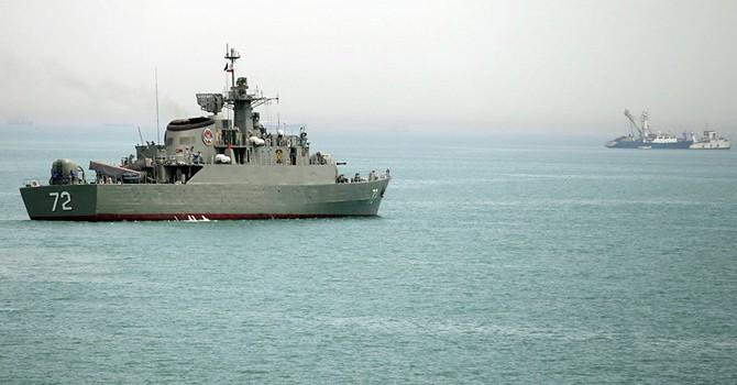 Tàu Iran chĩa súng vào máy bay trực thăng của Hải quân Mỹ
