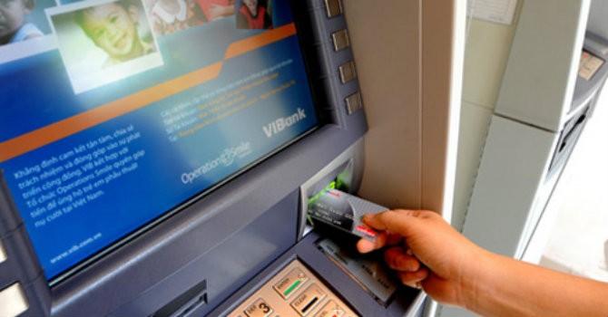 """Tài chính 24h: Mỗi thẻ ATM """"oằn lưng"""" """"cõng"""" 25 loại phí"""