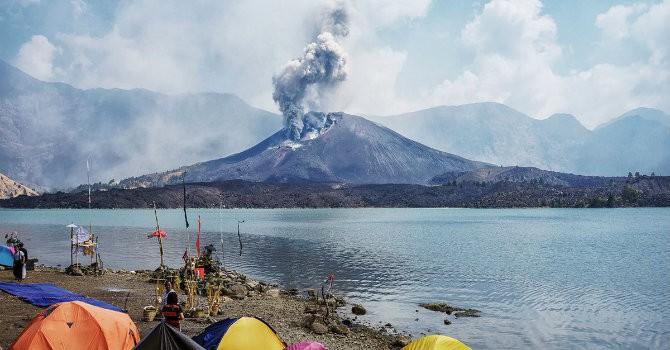 """Hàng nghìn khách bị """"mắc kẹt"""" tại Bali vì núi lửa"""