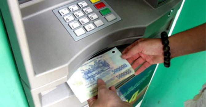 """Tài chính 24h: Tín dụng """"đen"""" nhộn nhịp, ngân hàng cố tình dùng chiêu thu thêm phí ATM?"""