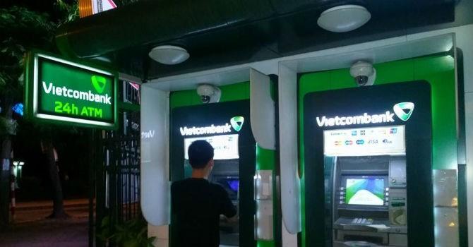 """Bị tố hàng loạt ATM """"đổ bệnh"""" ngày Tết, Vietcombank nói gì?"""
