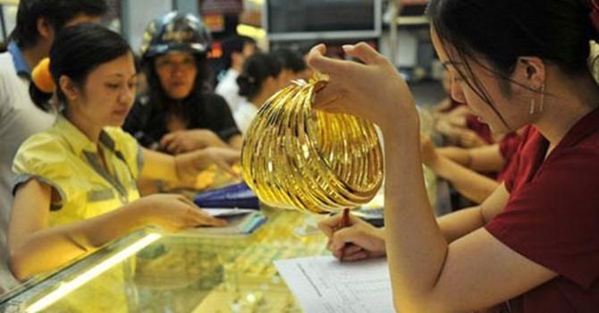 Tài chính 24h: Giá vàng SJC rớt thảm, nhà vàng hạn chế khách bán