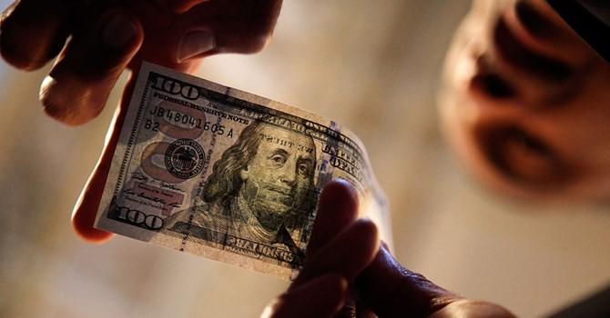 Đồng USD giảm giá khi các nhà đầu tư nghi ngờ khả năng tăng lãi suất