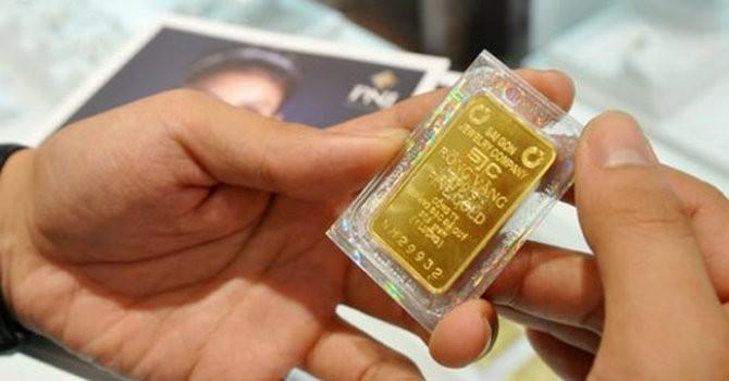 Giá vàng SJC chỉ nhích nhẹ bất chấp vàng thế giới lên đỉnh 2 tuần