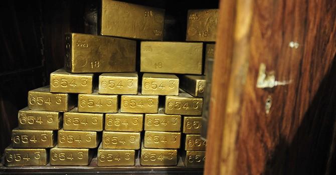 """Giá vàng chốt tuần tăng 1,5% khi người Anh lưỡng lự """"đi hay ở"""""""