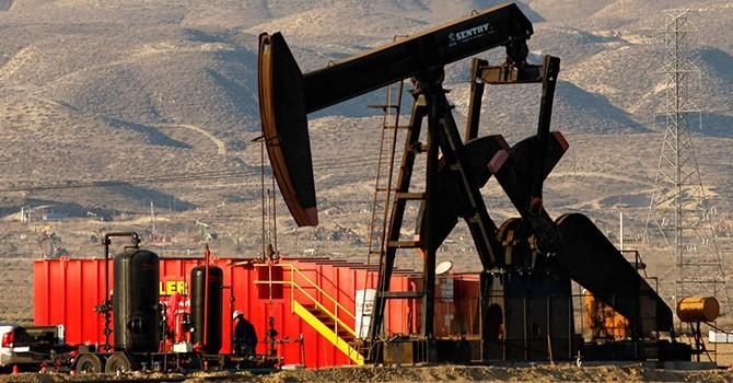 """Giá dầu Mỹ giảm do lo ngại về sản lượng vẫn """"lơ lửng"""""""