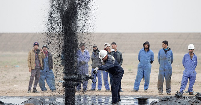 """Giá dầu """"cài số lùi"""" tháng thứ ba liên tiếp, giảm sâu dưới ngưỡng 50 USD/thùng"""