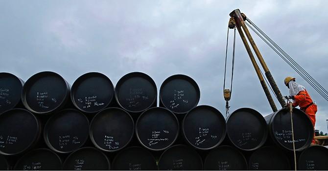 """Giá dầu """"ngóc đầu"""" tăng, nhưng vẫn bốc hơi mạnh cả tuần qua"""