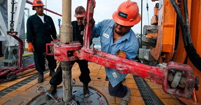 Giá dầu nối chuỗi tăng lên 5 phiên, đạt đỉnh 2 tuần