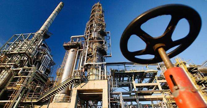 Các nhà máy lọc dầu hoạt động trở lại, giá dầu lên đỉnh 4 tuần