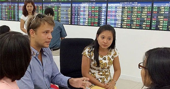 Foreign Traders Turn Sellers as Vietnamese Shares Hit Decade High