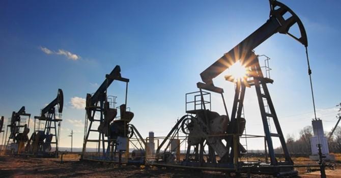 Giá dầu miệt mài leo dốc nhờ sản lượng toàn cầu giảm