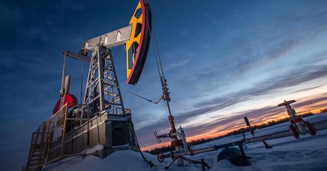 """Giá dầu """"sụt hố"""" khi tồn kho xăng ở Mỹ tăng mạnh"""