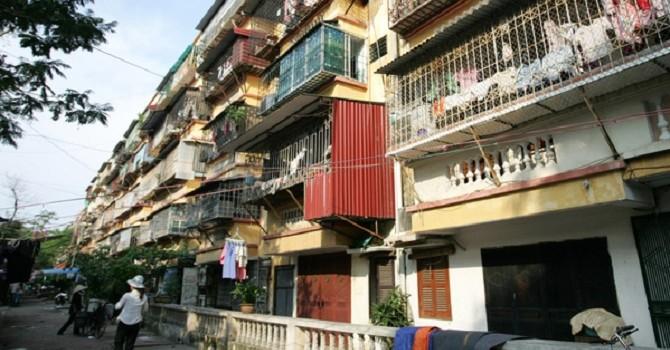 """Chung cư """"sắp đổ"""", hàng nghìn dân Hà Nội đang bị đe dọa"""