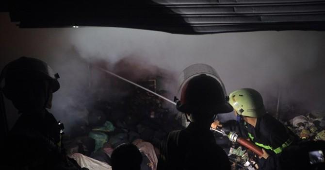 TP.HCM: Cháy lớn tại xưởng sản xuất đệm mút, thiêu rụi 2 nhà xưởng