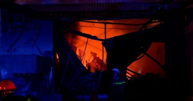 Vụ cháy xưởng mút caosu ở TPHCM: Hơn 1.000m2 nhà xưởng bị thiêu rụi, 3 nhà dân bị cháy lan
