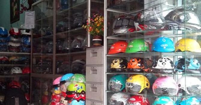 Sôi động thị trường mũ bảo hiểm cho trẻ em giá chỉ 20.000 đồng