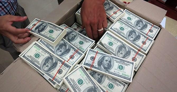 Hai người đàn ông mang 10.000 USD giả đến ngân hàng để đổi