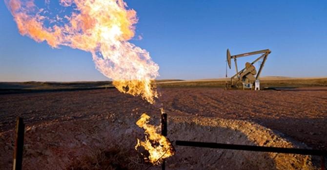 Giá dầu tăng do sản lượng của Mỹ giảm, căng thẳng tại Trung Đông