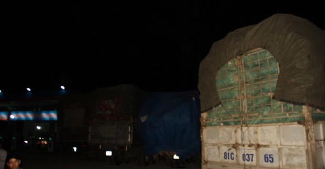 """Hàng trăm xe quá tải """"cố thủ"""" quanh trạm cân An Khê"""