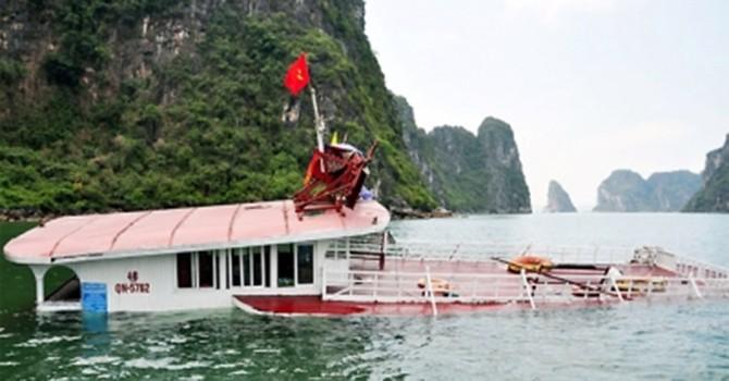 Va chạm tàu hàng, một tàu du lịch bị chìm ở vịnh Hạ Long